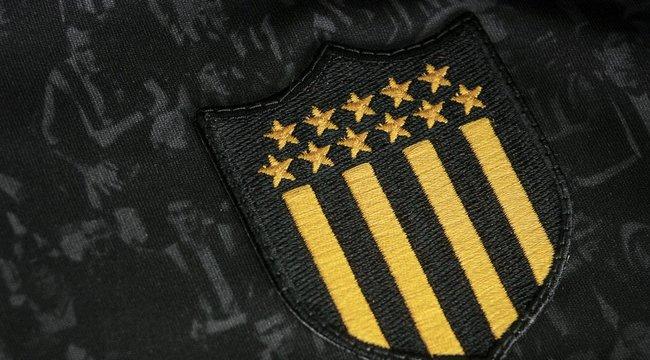 """imagen de Peñarol presentó la Camiseta """"Campeón del Siglo"""""""